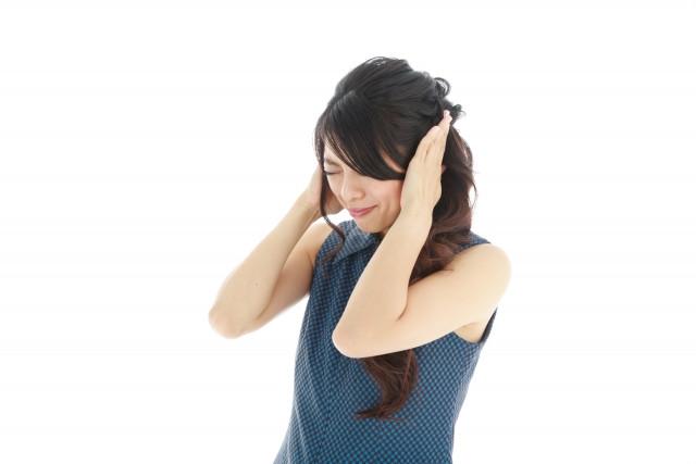 耳をふさぐ 女性